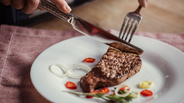 Настоящая мужская еда: как делают мясные деликатесы, которыми кормят весь Урал