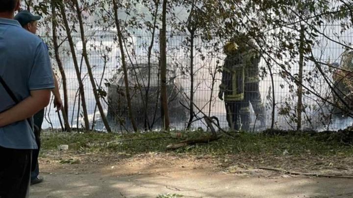 «Подожгли, как год назад»: на Северо-Западе Челябинска горящий тополиный пух уничтожил легковую машину