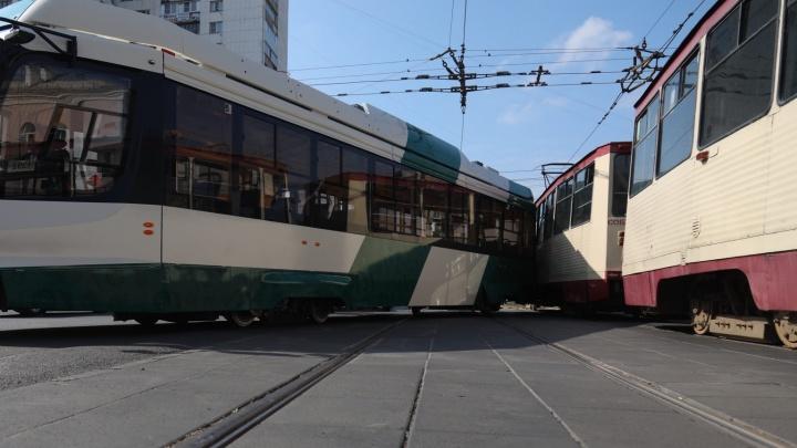 Дорожники объяснили, почему новый трамвай в Челябинске сошел с рельсов и устроил ДТП