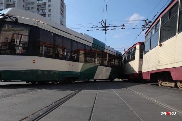 Во встречный трамвай новый вагон прилетел хвостом