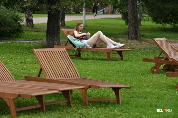 На набережной Городского пруда обустроили новое уютное место для отдыха