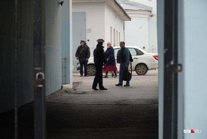 Возле больницы, куда привезли задержанного, дежурит полиция