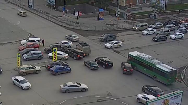 Новосибирец выехал на забитый перекресток, спровоцировал других на ДТП и скрылся — смотрим на аварию