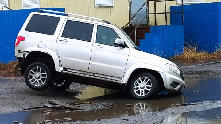 В Соломбале машина провалилась в глубокую яму на дороге: может ли водитель получить компенсацию