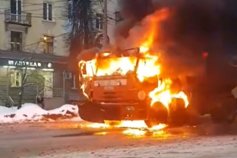 Автомобиль загорелся прямо посередине дороги