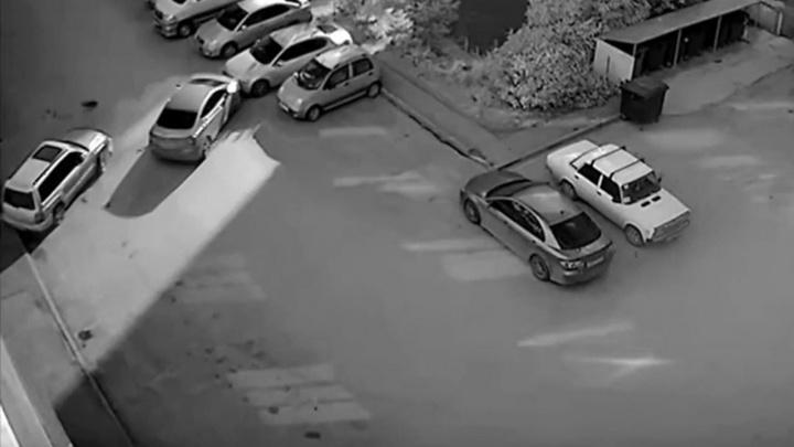 На видео попало массовое ДТП во дворе на улице Татьяны Снежиной — повреждены четыре автомобиля