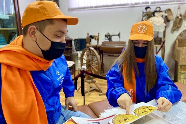 Ребята изучают с историками археологические находки у хутора Верхне-Яблочного