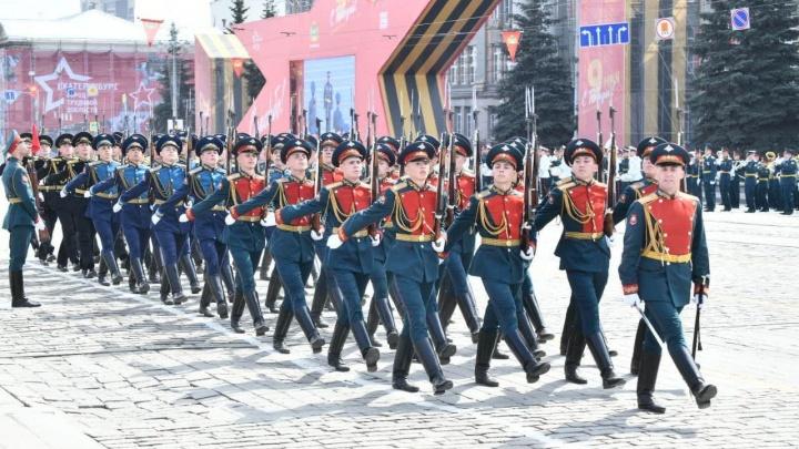 На марширующих смотрели с крыш: как прошел парад Победы в Екатеринбурге