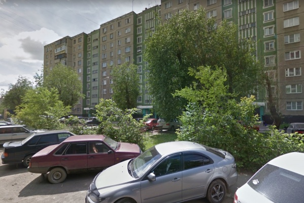 Молодые люди заказали суши в квартиру дома на Тухачевского и вышли встречать курьера во двор