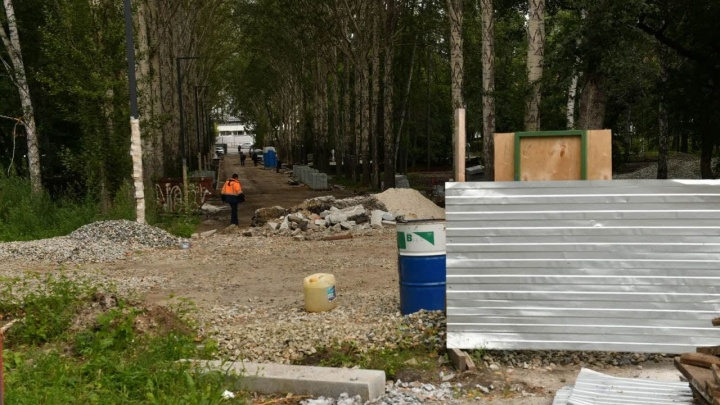Половина большого парка в центре Екатеринбурга второй год скрыта за забором. Стало известно, когда его уберут
