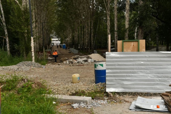 Пока кажется, что впереди немало работы, но забор должны убрать к середине августа