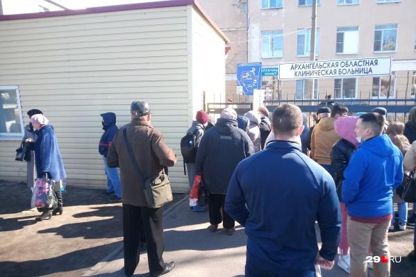 У входа в больничный городок — толпа горожан<br>