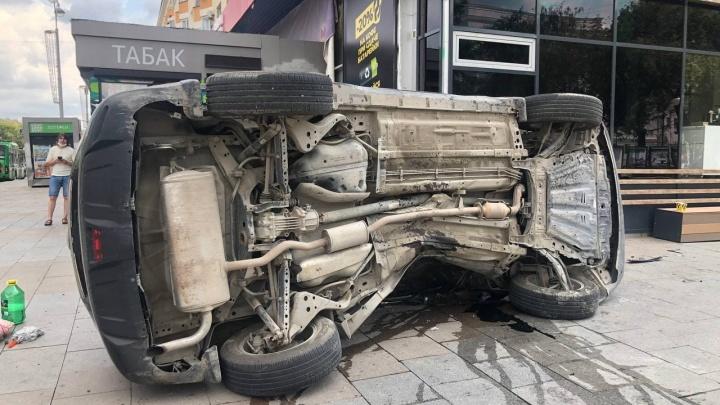 В центре Екатеринбурга автомобиль после ДТП вылетел на тротуар и сбил девушку