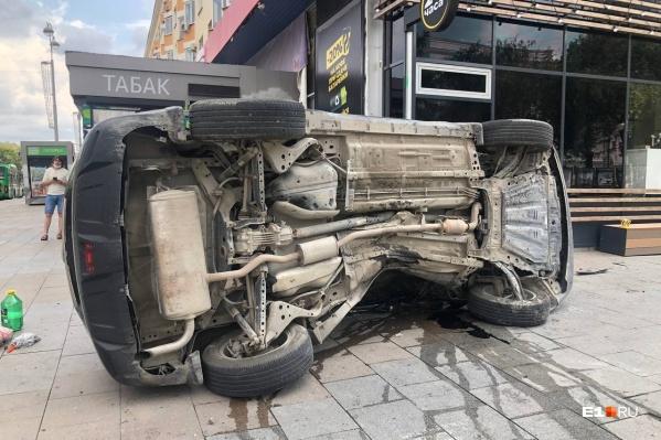 Паркетник перевернулся на крышу, позже его положили на бок, а затем поставили на колеса