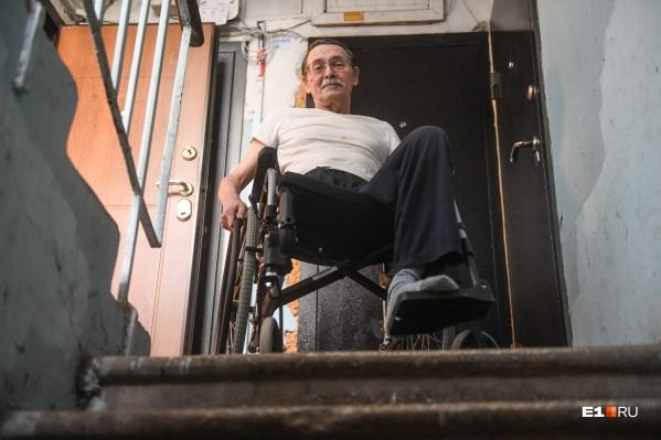 Александр Беляев уверен, что начать благоустраивать Екатеринбург для инвалидов нужно хотя бы с лавочек для сердечников