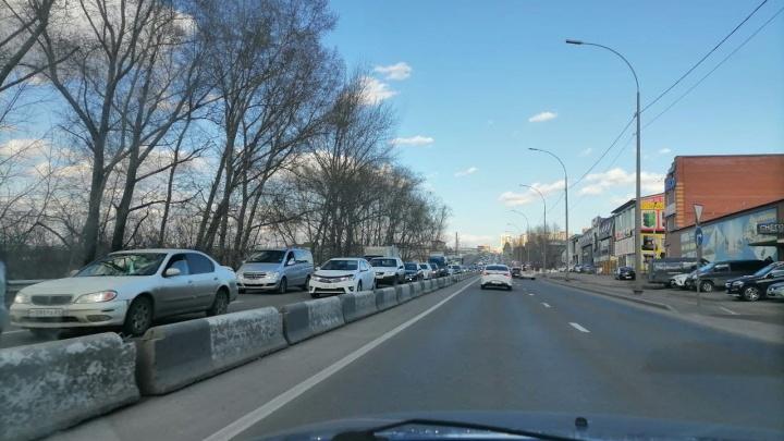«Готовы жарить шашлык на Брянской»: перед Первомаем Красноярск встал в пробки