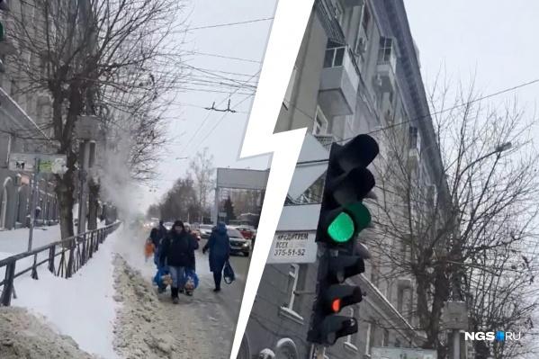 Тротуар завален снегом, и люди вынуждены идти по краю проезжей части