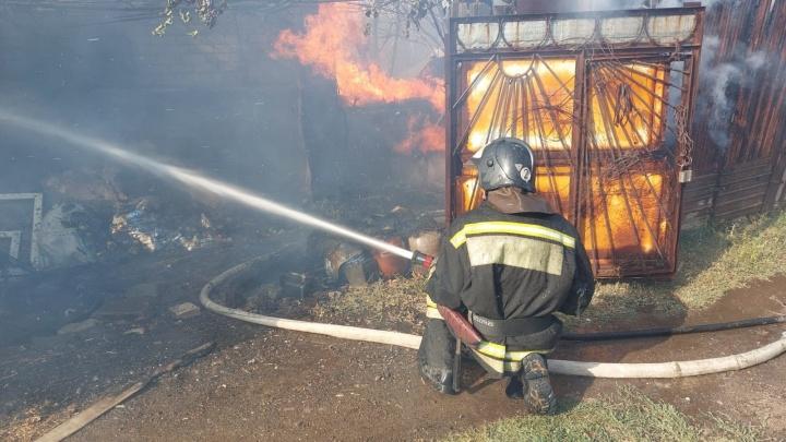В Волгограде тушат крупный пожар в дачном обществе