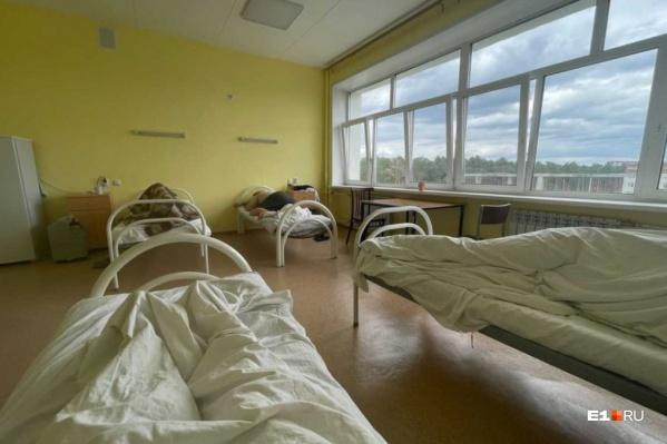 """Пациенты лежат в палатах на <nobr class=""""_"""">4–8</nobr> человек"""