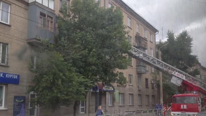 В Челябинске стянули экстренные службы к пятиэтажке из-за кричащего в открытом окне маленького ребенка