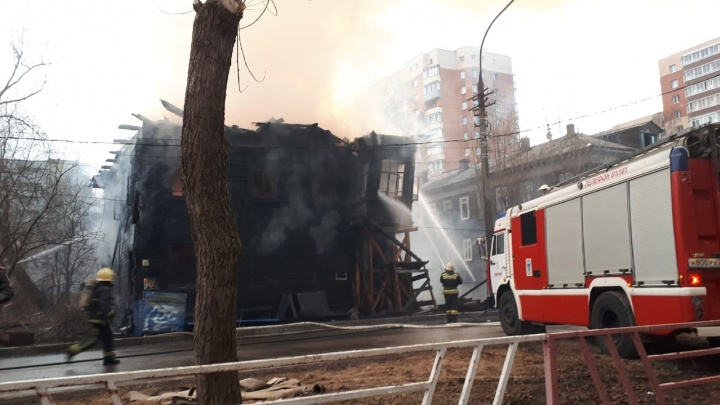 В Архангельске тушат дом Брагина: в МЧС сообщили, что пожар уже не угрожает другим домам