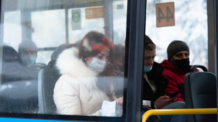 Власти Архангельска предложили перевозчикам обеспечивать масками детей в автобусах