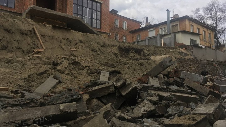 В центре Ростова стена частного дома рухнула на дорогу