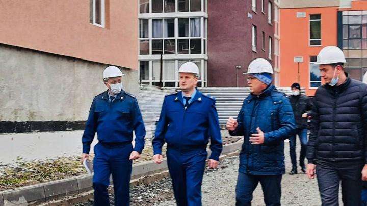 Кузбасский прокурор проверил строительство соцжилья. Его должны были сдать еще в прошлом году