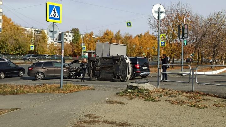 На Северо-Западе Челябинска произошло тройное ДТП с переворотом. Авария попала на видео