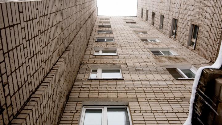 В Ярославле первоклашка выпала из окна седьмого этажа и выжила