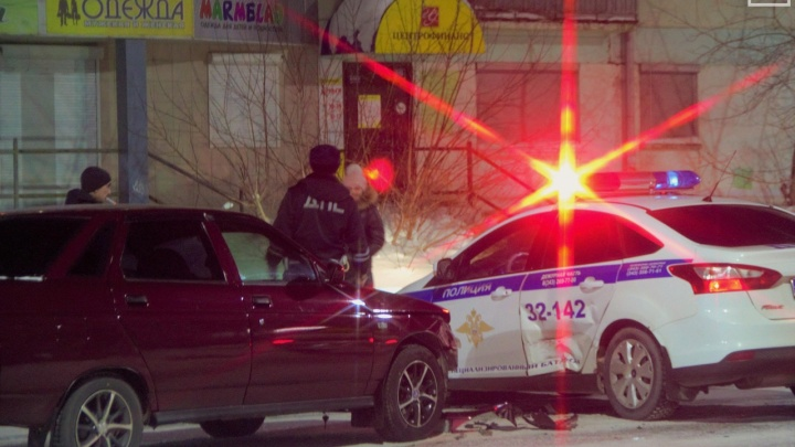 В Свердловской области водитель ВАЗа врезался в полицейскую машину