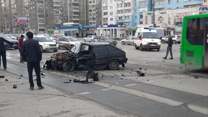 «Женщина была в шоковом состоянии»: на Северо-Западе Челябинска столкнулись «Лада» и иномарка