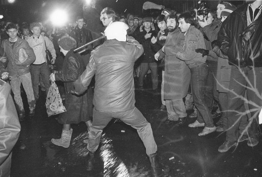 В 90-х мирные шествия всё чаще напоминали побоища