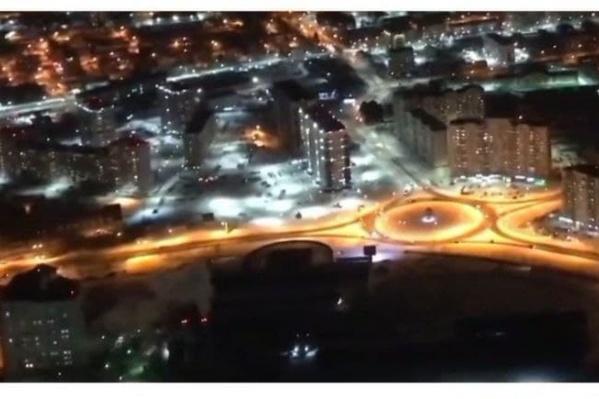 Город залит светом, хотя кругом ночь
