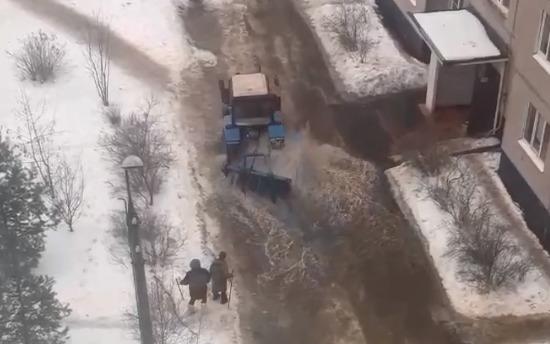 «Он сам в ней тонет»: в Ярославле трактор пытался убрать гигантскую лужу щеткой. Видео