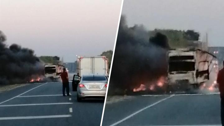 «Над дорогой черный дым»: появилось видео последствий ДТП со сгоревшей фурой в Самарской области