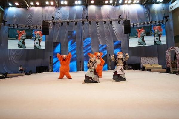 Рыжий кот и бабка-ёжкаподдержали юных гимнасток