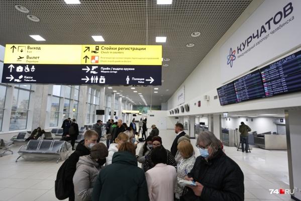 Отопления в аэропорту нет, поэтому пассажиры вынуждены ожидать рейсов в куртках