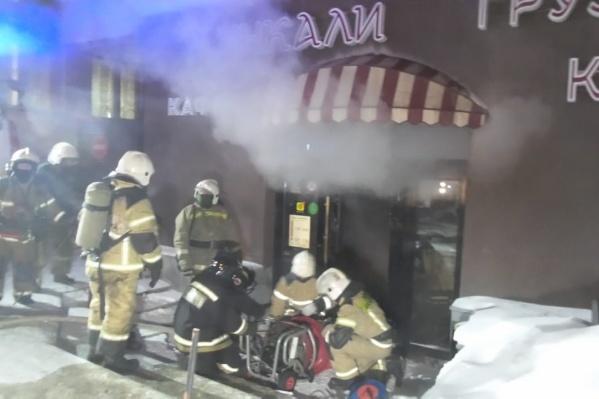 Пожарные вскрыли дверь