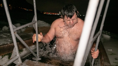 Вера сильнее: несмотря на запрет, красноярцы всю ночь окунались в проруби и реки