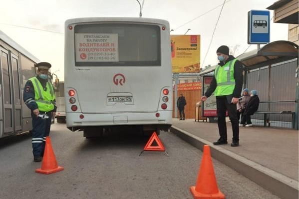 Стоящие на остановке люди вовремя выхватили малыша из-под колеса автобуса