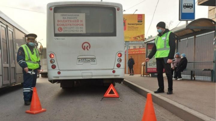 Ожидавшие маршрутку красноярцы спасли из-под колес автобуса 3-летнего ребенка