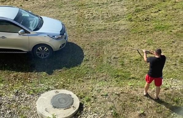 В Ярославской области мужчина расстрелял из ружья машину бывшей жены. Видео
