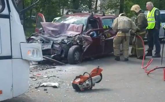 Водителя вырезали из машины: в Ярославской области легковушка столкнулась с автобусом. Видео