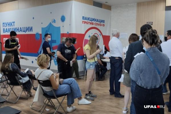 В прививочных пунктах скапливаются очереди в первый же день появления указа Хабирова