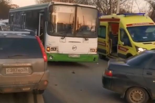 В Ярославле рейсовый автобус столкнулся с легковушкой: двое пострадали. Видео
