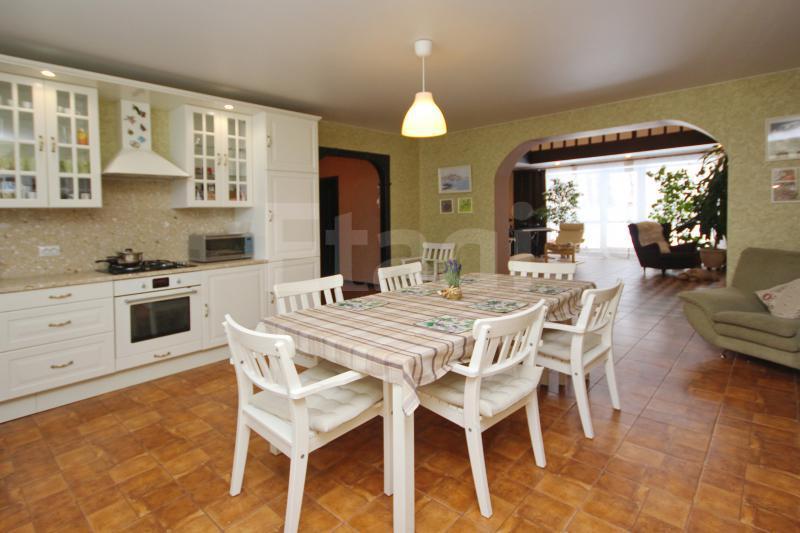 А вот так выглядит кухня-столовая. Места тут хватит для большой дружной семьи и приема гостей