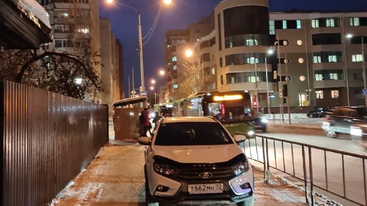 Дерзкий автовладелец оставил машину на тротуаре в Тюмени и нахамил прохожей