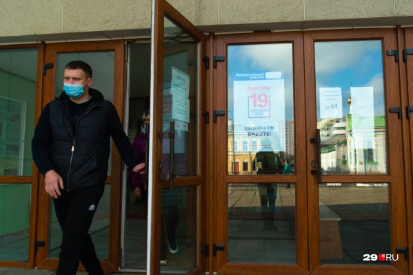 По данным избиркома Архангельской области, в регионе открылось 832 участка для голосования