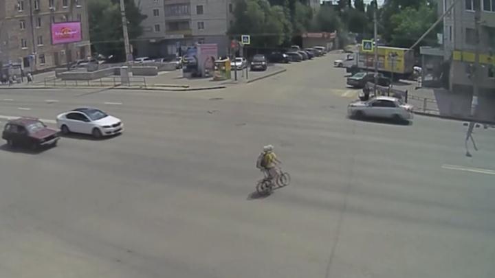 «У него всё лицо в крови было»: в Волгограде велосипедист протаранил остановившуюся маршрутку